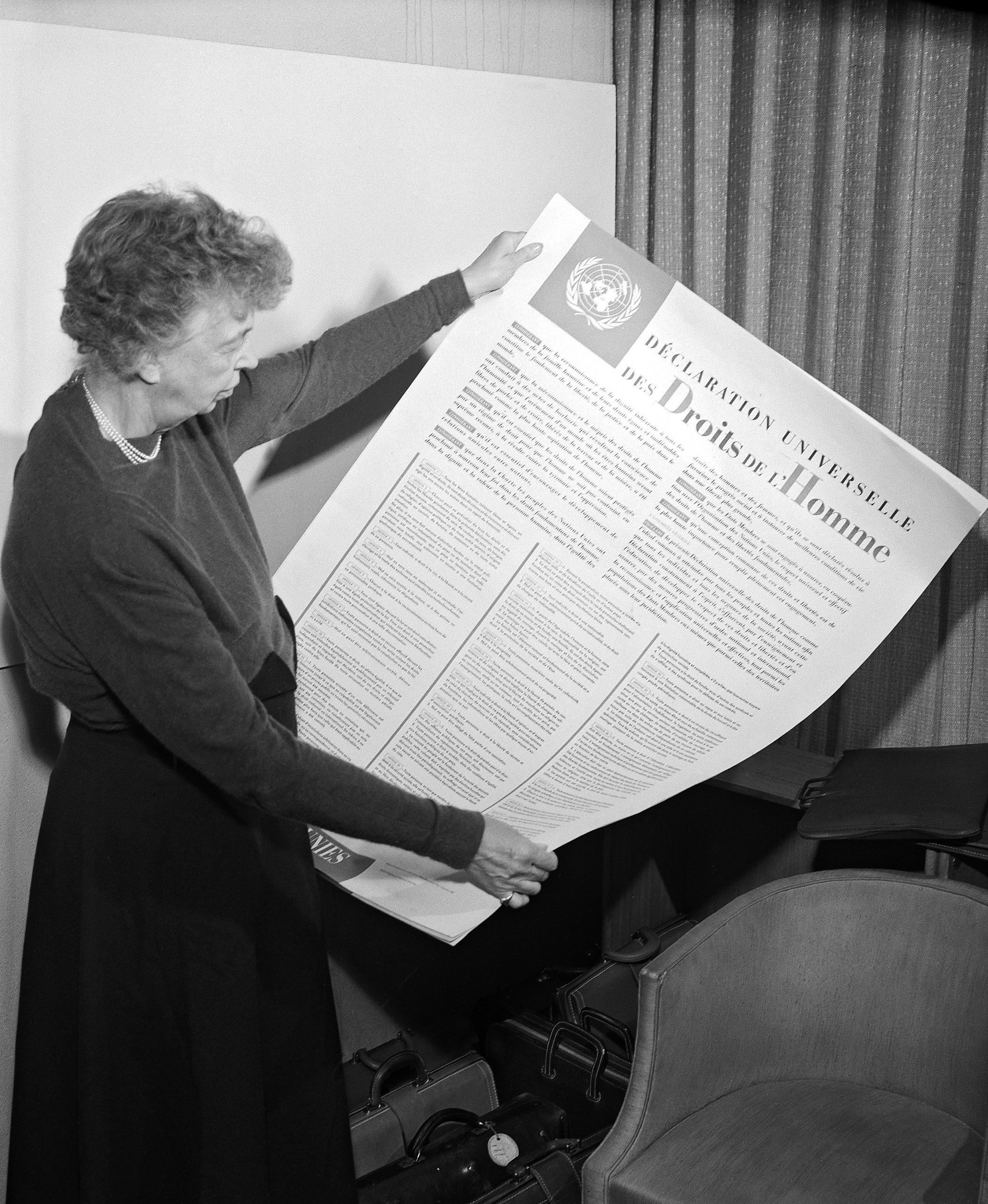 Eleanor Roosevelt avec la Déclaration universelle des Droits de l'Homme, New York, 1949. Photo: UN, sous licence Creative Commons (CC-BY-SA-NC)